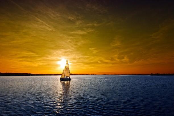 chiếc thuyền buồm vượt sóng ra khơi